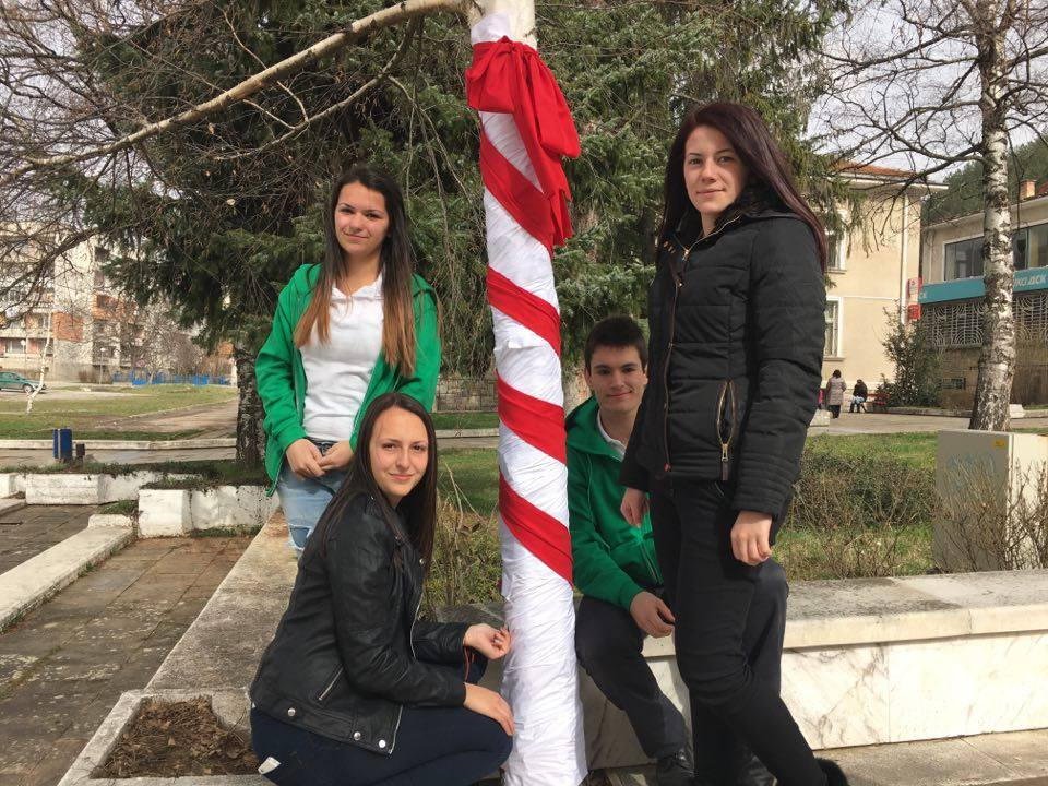 Настроение: Опаковаха като мартеници дървета в центъра на Годеч