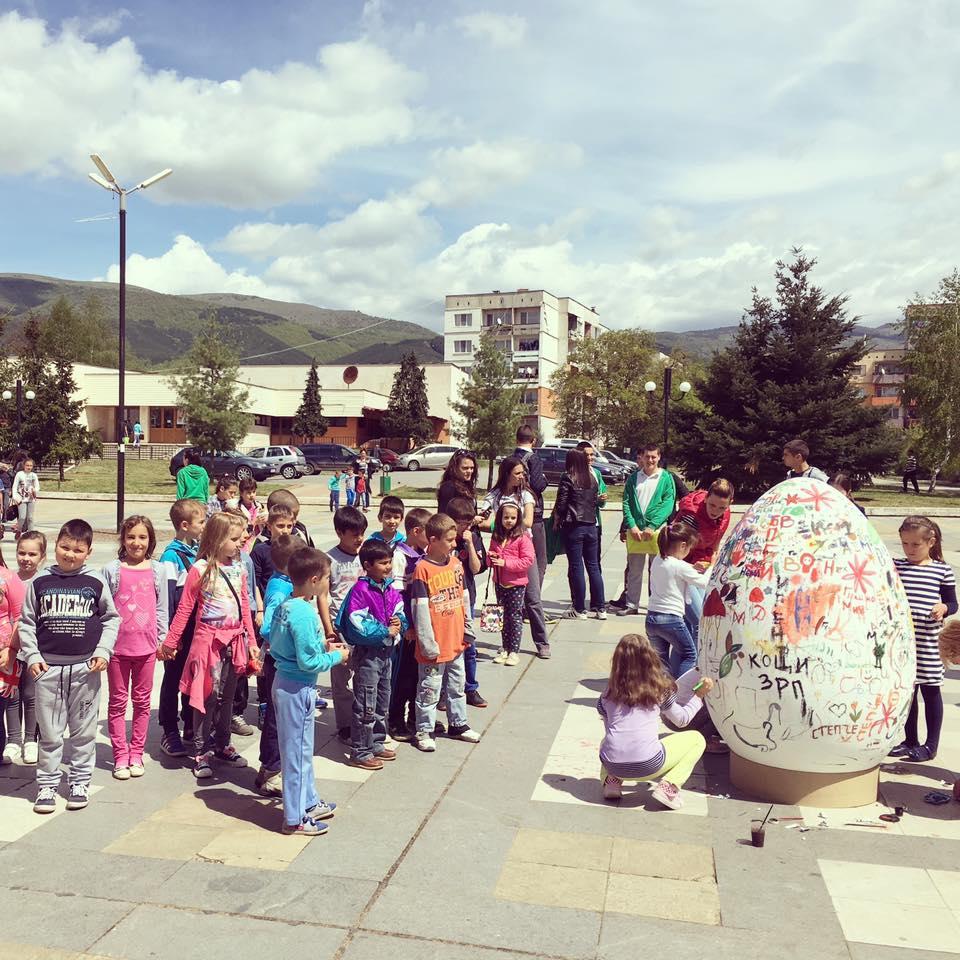 Децата на Годеч изрисуваха най-голямото великденско яйце (СНИМКИ)