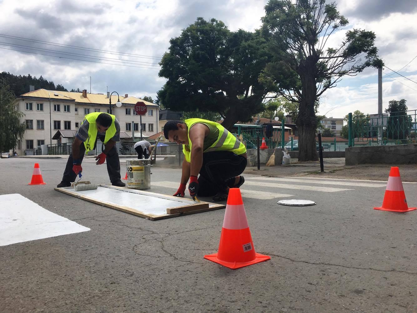 Община Годеч освежава пешеходните пътеки, подменя и пътните знаци
