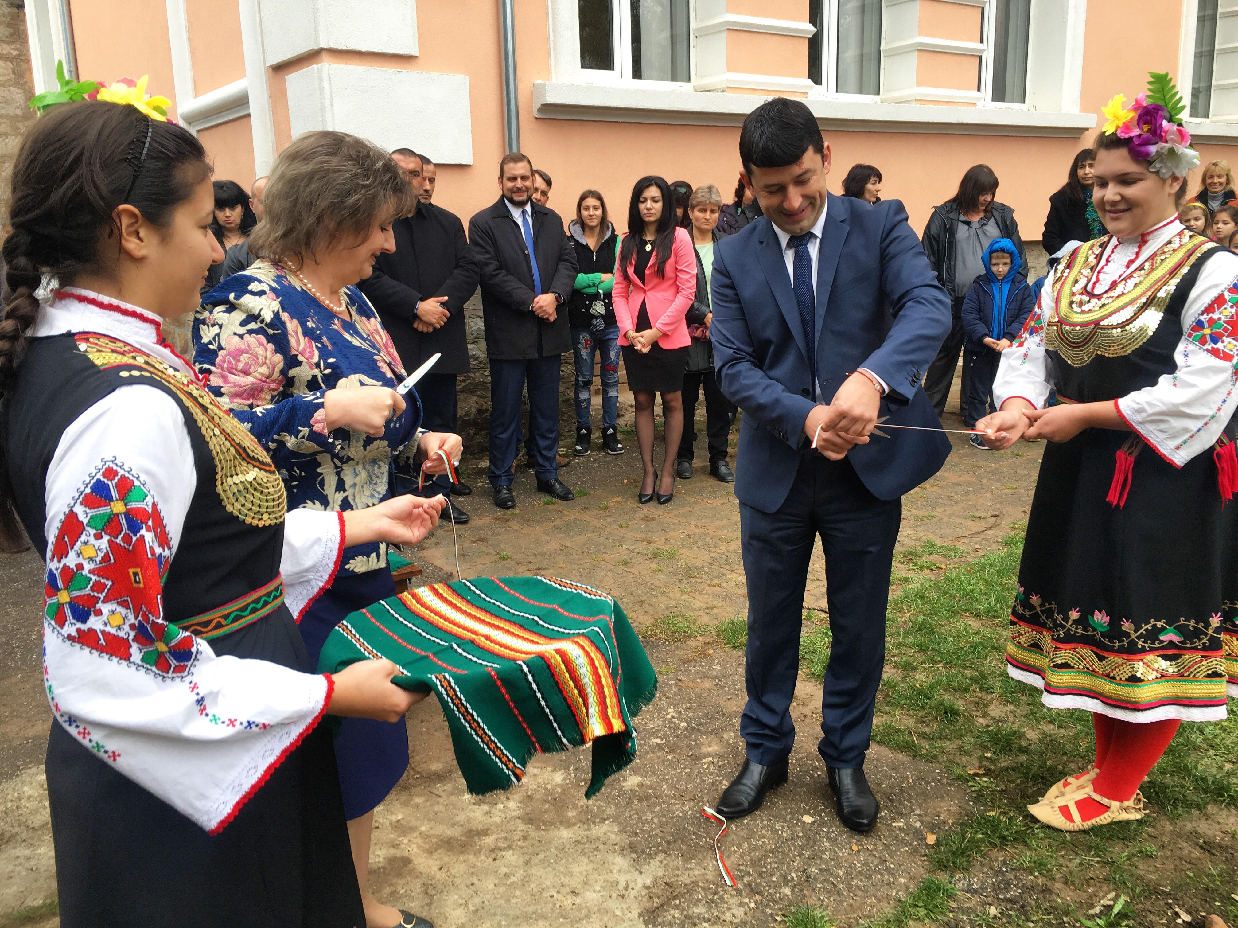 Кметът Радослав Асенов и областният управител Росица Иванова прерязаха лентата на нов обект в Община Годеч