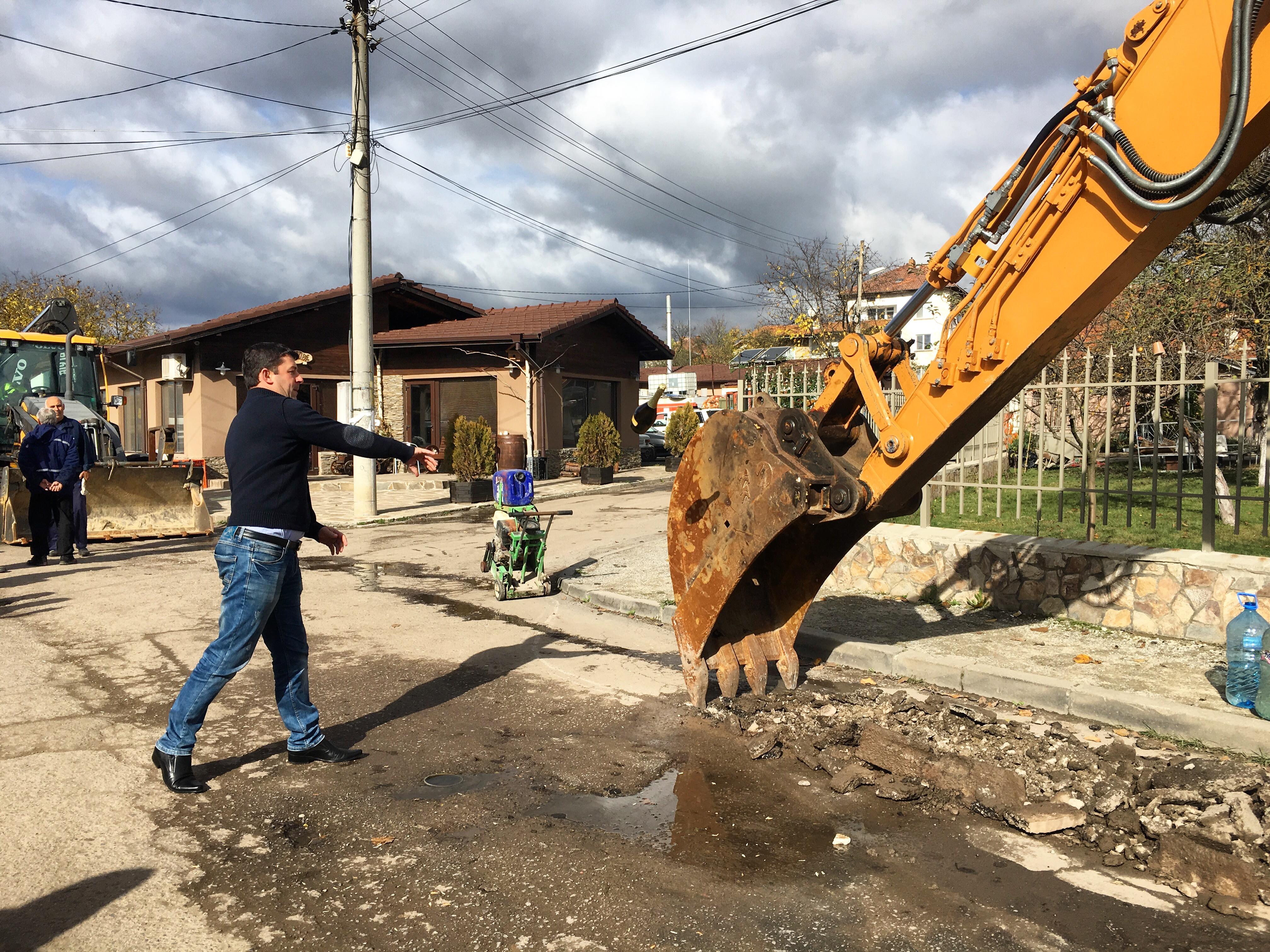 ИСТОРИЧЕСКИ ДЕН! Кметът направи първа копка по проекта за реконструкция на водопроводната мрежа на град Годеч – I етап