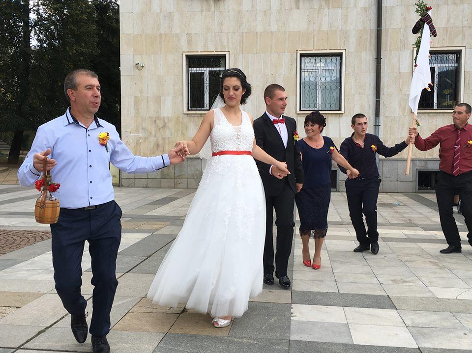 Млад огнеборец надяна брачната халка (СНИМКИ)